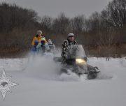 на санях за снегоходом, путешествие по зимней тайге
