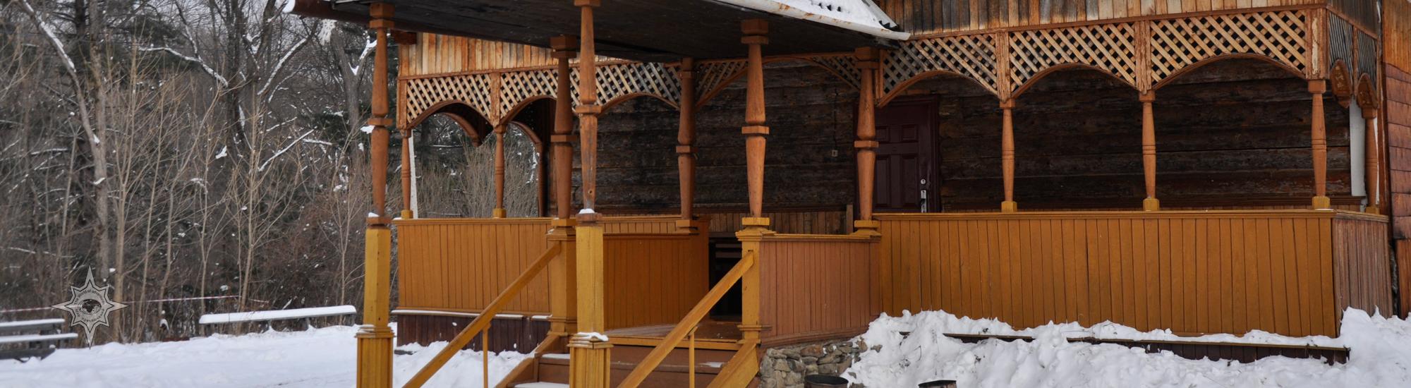 Деревянная гостиница Центра реабилитации диких животных Утес